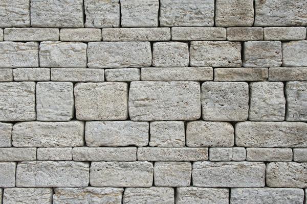 Construcci n revestimiento de paramentos verticales en muros lisos y ciegos con placas de - Revestimiento de muros ...